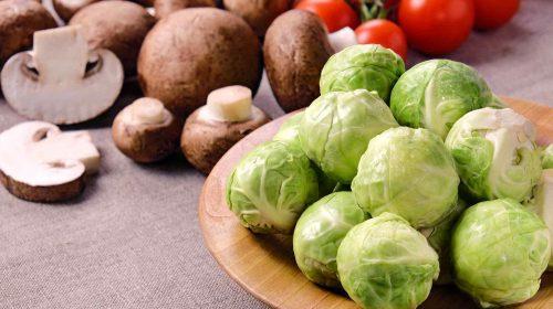 min-diaetists-rosenkaalssalat-med-champignoner-groenkaal-og-soltoerrede-tomater-thumbnail