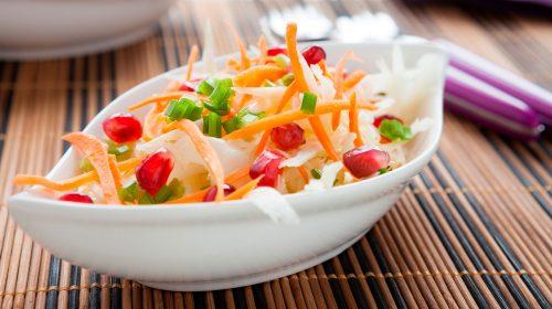 min-diaetists-blandede-salat-af-sproede-groensager-med-purloegsdressing-thumbnail