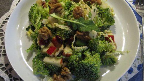 min-diaetists-salat-af-broccoli-og-savoykaal-med-tranebaer-aeble-og-valnoedder-thumbnail