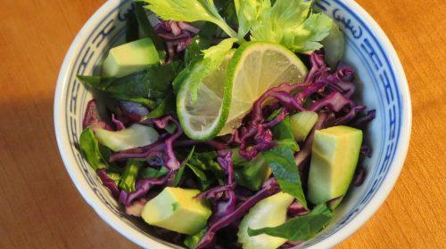 min-diaetists-salat-af-roedkaal-bladselleri-og-spinat-med-avocado-og-tomat-lime-hvidloegsmarinade-thumbnail