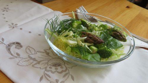 min-diaetists-spidskaalssalat-med-spinat-peberfrugt-asparges-broccoli-og-dild-thumbnail